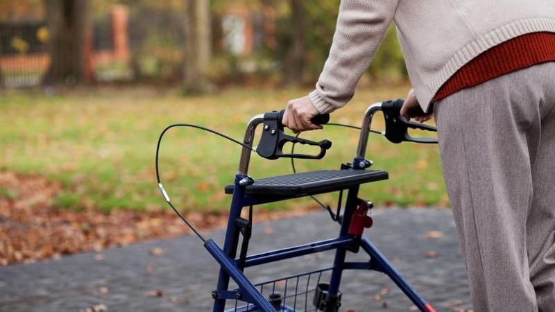 girello-per-anziani-quando-e-utile-e-come-sceglierlo-preview-default_800x450